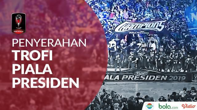 Berita video penyerahan trofi Piala Presiden 2019 kepada Arema FC. Arema menang atas Persebaya Surabaya dengan agregat 4-2.