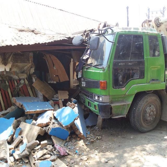 Rem Blong Truk Molen Seruduk Pos Polantas Di Makassar Regional