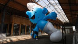 Sejumlah staf menyiapkan balon Smurf saat hari pembukaan Festival Komik Setrip Brussel di Gare Maritime of Tour & Taxis di Brussel, Belgia, pada 11 September 2020. Akibat dampak COVID-19, jumlah peserta pameran dan pengunjung di festival itu mengalami penurunan tahun ini. (Xinhua/Zheng Huansong)