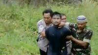 TNI dan Polri dibantu warga sekitar bahu-membahu menangkap para tahanan kabur dari Rutan Klas IIB Sialang Bungkuk, Pekanbaru, Riau. (Liputan 6 SCTV)
