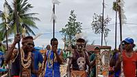 Para pengukir dari Suku Asmat, Papua. (Liputan6.com/Loop/John Ohoiwirin)