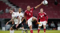 Pemain Belgia, Toby Alderweireld, berebut bola dengan pemain Denmark, Martin Braithwaite, pada laga UEFA Nations League di Stadion Parken, Minggu (6/9/2020). Belgia menang 2-0 atas Denmark. (Liselotte Sabroe/Ritzau Scanpix via AP)