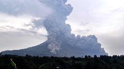 Gunung Sinabung yang mengeluarkan abu tebal terlihat dari kota Karo, Sumatera Utara (6/4). Letusan melontarkan abu vulkanik dan material piroklastik dengan tekanan kuat berwarna abu-abu gelap hingga setinggi 5.000 meter. (AFP Photo/Anto Sembiring)