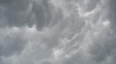 Ilustrasi – Awan tebal menjelang hujan deras. (Foto: Liputan6.com/Muhamad Ridlo)