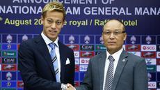 Gelandang Jepang Keisuke Honda (kiri) berpose dengan presiden federasi sepak bola Kamboja Sao Sokha selama konferensi pers di Phnom Penh (12/8). Eks gelandang AC Milan ini resmi menjadi pelatih kepala Timnas Kamboja. (AFP Photo)