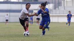 Pada laga tersebut tersebut, dua gol Timnas Putri Indonesia dicetak oleh Baiq Aminatun dan Rini Mulyasari. Sementara dua gol tim PON Jabar diborong oleh brace Hanipa Halimatusyadiah. (Foto: Bola.com/M Iqbal Ichsan)