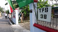 Petugas KPPS dan warga sibuk bekerja bakti untuk mendirikan TPS 38 yang beralamat di Jalan Kasuari III No 6, Kampung Tirtoyoso, Manahan, Solo. (Foto: Liputan6.com/Fajar Abrori)