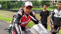 Ahmad Jayadi, pembalap Tanah Air yang pernah melawan Valentino Rossi di Sirkuit Sentul pada GP Indonesia 1996-1997. (Instagram/Ahmad Jayadi)