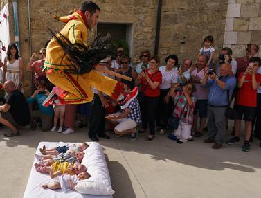Tradisi Setan Melompati Bayi di Spanyol