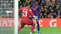 Penyerang Barcelona, Ansu Fati, berhadapan dengan kiper Levante, Aitor Fernandez, di Camp Nou (3/2/2020). (AFP/LLuis Gene)