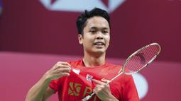 Selebrasi atlet bulutangkis tunggal putra Indonesia, Anthony Ginting usai mengalahkan wakil China dalam final Piala Thomas 2020 yang berlangsung di Denmark, Minggu (17/10/2021). (AFP/Ritzau Scanpix/Claus Fisker)