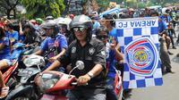 Aremania diimbau tidak lagi melakukan konvoi merayakan kesuksesan juara Torabika Bhayangkara Cup 2016. (Bola.com/Iwan Setiawan)