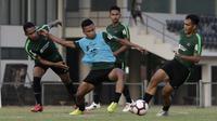 Pemain Timnas Indonesia U-22, Osvaldo Haay, berebut bola dengan Rachmat Irianto saat latihan di Lapangan G, Senayan, Jakarta, Sabtu (5/10). Latihan ini merupakan persiapan menjelang SEA Games 2019. (Bola.com/Yoppy Renato)