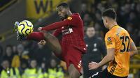 Gelandang Liverpool, Georginio Wijnaldum, mengontrol bola saat melawan Wolverhampton Wanderers pada laga Premier League di Stadion Molineux, Kamis (23/01/2020). Liverpool menang dengan skor 2-1. (AP/Rui Vieira)