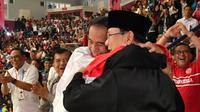 Presiden Joko Widodo atau Jokowi dan Ketua Umum Pengurus Besar Ikatan Pencak Silat Indonesia (IPSI) Prabowo Subianto memeluk atlet pencak silat peraih emas Asian Games 2018 Hanifan Yudani di Jakarta, Rabu (29/8). (Liputan6.com/HO/Biro Pers Setpres)