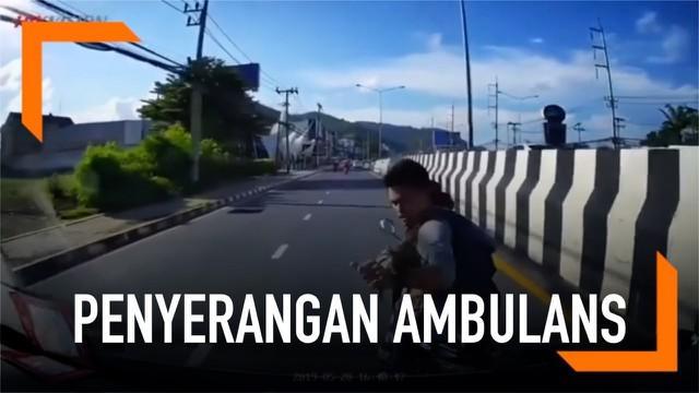 Insiden menakutkan di jalanan dialami seorang pengemudi ambulans di Thailand. Ia diserang 2 pengendara motor dengan menggunakan senjata tajam.