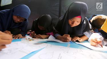 Anak-anak korban gempa tsunami Palu sedang mewarnai di halaman kantor Dinas Sosial Palu, Sulawesi Tengah, Sabtu (6/10). Trauma healing juga diberikan agar anak-anak percaya diri dan kembali ceria. (Liputan6.com/Fery Pradolo)