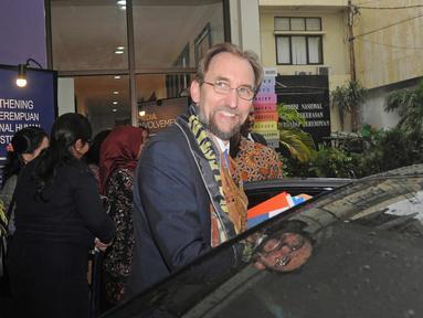 Komisaris HAM PBB, Zeid Ra'ad Al Hussein tersenyum usai melakukan dengan Komnas HAM dan Komnas Perempuan di Jakarta, Senin (5/2). Pertemuan tersebut dilakukan secara tertutup. (Liputan6.com/Herman Zakharia)