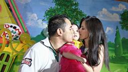 Nia dan Ardie mencoba untuk mengajarkan tentang kesederhanaan kepada Mikhayla di usianya yang masih balita. Tidak dengan foya-fota, ulang tahun Mikhayla dirayakan bersama anak yatim piatu, Kamis (5/6/2014) (Liputan6.com/Faizal Fanani).