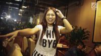 Penyanyi Tata Janeeta tertawa saat difoto di kawasan Jakarta, Rabu (11/4). Setelah sempat menikah siri dengan Mehdi Zati, kemudian dicerai melalui telepon, kini Tata Janeeta kembali dinikahi pria Iran tersebut. (Liputan6.com/Faizal Fanani)
