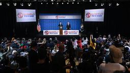Presiden AS Donald Trump didampingi Menlu AS Mike Pompeo saat konferensi pers KTT AS-Korea Utara kedua di Hanoi, Vietnam (28/2). Agenda makan siang trump-kim yang dijadwalkan mendadak batal di menit-menit terakhir. (AFP Photo/Manan Vatsyayana)