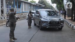 Petugas gabungan menghentikan pengendara mobil saat Operasi Yustisi Protokol COVID-19 di Jati Padang, Jakarta Selatan, Kamis (17/9/2020). Operasi itu untuk menegakan penerapan protokol kesehatan, terutama dalam penggunaan masker guna menekan penyebaran virus corona. (merdeka.com/Arie Basuki)