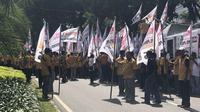 Ratusan kader Partai Hati Nurani Rakyat (Hanura) unjuk rasa di di depan Gedung KPU. (Liputan6.com/ Ratu Annisaa)