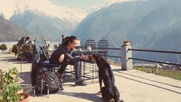 Diketahui Sophia Latjuba traveling ke Nepal bersama beberapa artis Tanah Air. Aksi manis Sophia memberi makan anjing liar epik banget saat berada di Beautiful Ghandruk village. (Liputan6.com/IG/@sophia_latjuba88)