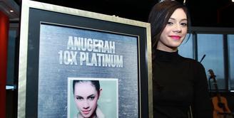 Sherly Gething atau lebih dikenal dengan sapaan Shae, artis cantik berdarah Australia ini selain sukses dalam dunia perfilman Indonesia ia pun bergelut di dunia tarik suara. (Deki Prayoga/Bintang.com)