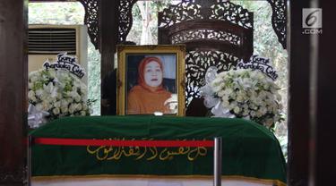 Jenazah Ibunda Susilo Bambang Yudhoyono (SBY), Siti Habibah, disemayamkan di pendopo Puri Cikeas, Bogor, Jawa Barat, Sabtu (31/8/2019) Diketahui, Ibunda SBY meninggal pada Jumat (30/8) di RS Mitra Keluarga Cibubur dan akan dimakamkan pada Sabtu ini di TPU Tanah Kusir. (Liputan6.com/Herman Zakharia)