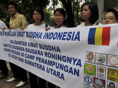 Perwakilan umat Buddha melakukan Aksi Damai di depan Kedubes Myanmar, Jakarta, Senin (25/5/2015). Kemenlu RI mengatakan, Pemerintah Myanmar akan berusaha semaksimal mungkin untuk mencegah aksi eksodus massal etnik Rohingya. (Liputan6.com/Johan Tallo)