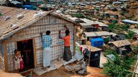 Pengungsi Rohingya memperbaiki rumahnya di Kamp Pengungsi Kutupalong, Bangladesh, 28 April 2018. Apabila hujan tiba, ada ancaman serius kamp pengungsi yang dibangun secara tidak teratur itu mengalami kebanjiran dan longsoran lumpur. (AP Photo / A.M. Ahad)