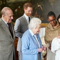 Pangeran Harry dan Meghan Markle telah menamai putra mereka Archie Harrison Mountbatten-Windsor. Terlihat Ratu Elizabeth II dan Pangeran Phillip bertemu dengan cicit mereka, bersama dengan ibu Meghan, Doria Ragland. ( Chris Allerton, Sussex Royal)