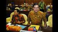 Menteri Agraria dan Tata Ruang/Kepala BPN Ferry Mursyidan Baldan (kanan) saat tiba untuk  mengikuti rapat kerja dengan Komisi II di Kompleks Parlemen Senayan, Jakarta, Kamis (5/2/2015). (Liputan6.com/Andrian M Tunay)