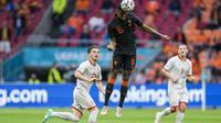 Ryan Gravenberch sedang menyundul bola saat pertandingan Grup C Euro 2020 antara Makedonia Utara melawan Belanda di Johan Cruyff ArenA, Amsterdam, Belanda, Senin (21/06/2021). (AP/Pool/Peter Dejong)