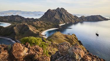 Melirik Asyiknya Liburan di Pantai dan Pegunungan dari Bali hingga Laut Flores