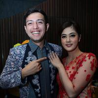 Rifky Balweel melamar kekasihnya, Biby Alrean, di sebuah restoran (Deki Prayoga/Bintang.com)