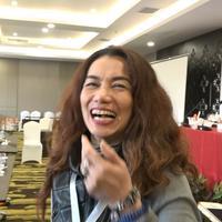 Reza Artamevia tersenyum menyambut kemenangan Gatot Brajamusti menjadi ketua PARFI. (Hasan Iskandar/Bintang.com)