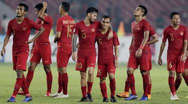 Pemain Timnas Indonesia, Stefano Lilipaly, berdiskusi dengan Riko Simanjuntak usai melawan Filipina pada laga Piala AFF 2018 di SUGBK, Jakarta, Minggu (25/11). Kedua negara bermain imbang 0-0. (Bola.com/M. Iqbal Ichsan)