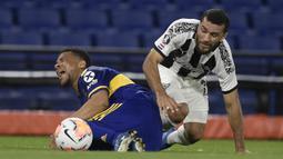 Bek Boca Juniors, Frank Fabra, berebut bola dengan penyerang Libertad, Antonio Bareiro, pada laga grup H Copa Libertadores di Estadio La Bombonera, Rabu (30/9/2020) dini hari WIB. Boca Juniors bermain imbang 0-0 atas Libertad. (Juan Mabromata/Pool via AP)