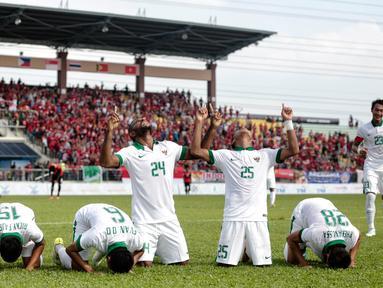 Penyerang timnas Indonesia, Marinus Mariyanto (24) bersama rekan satu tim berselebrasi usai menjebol gawang Timor Leste pada laga ketiga grup B SEA Games 2017 di Stadion Selayang, Malaysia, Minggu (20/7). Indonesia unggul 1-0. (Liputan6.com/Faizal Fanani)