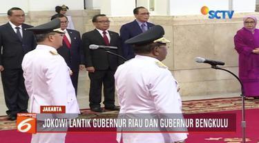 Presiden Jokowi lantik Wan Thamrin sebagai Plt gubernur Riau dan Rohidin Mersyah sebagai gubernur Bengkulu di Istana Negara, Jakarta.