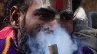 Festival Maha Shivaratri 2021 diadakan setiap 11 Maret. Orang-orang suci Hindu di Nepal mengisap ganja untuk menghormati tradisi ( (AFP/Prakash Mathema)