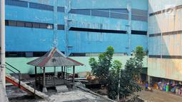 Suasana pasar tradisional Pasar Mingu di Jakarta, Rabu (17/7). Rencana revitalisasi 21 pasar tradisional di Ibu Kota terancam molor karena status lahan pasar masih dalam proses perubahan sertifikasi. (Liputan6.com/Immanuel Antonius)
