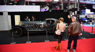 Pengunjung melihat mobil tua yang ditampilkan selama pameran mobil klasik Retromobile di Porte de Versailles, di Paris (4/2/2020). Retromobile berlangsung dari 5 Februari hingga 9 Februari 2020. (AFP Photo/Martin Bureau)
