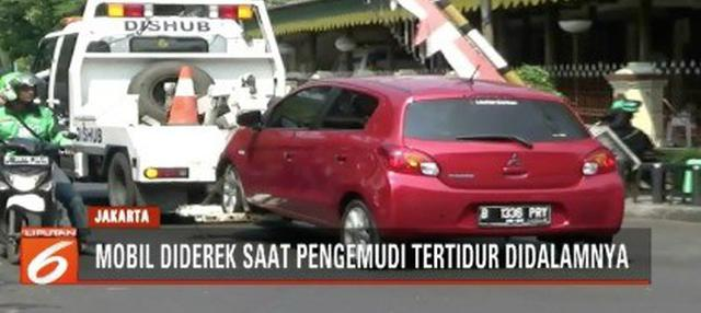 Sebuah mobil yang parkir sembarangan di kawasan Menteng, Jakarta Pusat, diderek petugas Sudin Perhubungan Jakpus saat sang pengemudi tengah tertidur di dalamnya.