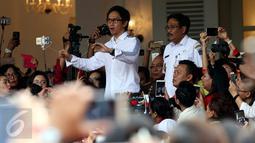 Musisi Addie MS didampingi Plt Gubernur DKI Jakarta, Djarot Saiful Hidayat memimpin warga menyanyikan lagu nasional di Balai Kota DKI Jakarta, Rabu (10/5). Ini merupakan aksi simpatik terhadap vonis yang dijatuhkan kepada Ahok. (Liputan6.com/Johan Tallo)