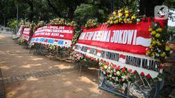 Sejumlah karangan bunga menghiasi kawasan Patung Kuda, Jakarta, Kamis (15/10/2020). Karangan bunga tersebut merupakan apresiasi masyarakat kepada TNI-Polri yang telah menjaga keamanan saat demo. (Liputan6.com/Faizal Fanani)