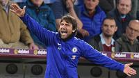 Aksi Antonio Conte saat mendampingi Chelsea melawan Burnley pada laga tunda pekan ke-31 Liga Inggris 2017/2018 di Turf Moor. (Oli SCARFF / AFP)