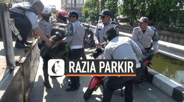 Petugas Dishub merazia parkir liar di sepanjang Kali Item Kemayoran Jakarta Pusat. Petugas menemukan parkir liar para pengemudi ojol di sepanjang Kali Item. Penemudi Pjol menjadikan lokasi tersebut sebagai pangkalan mereka.